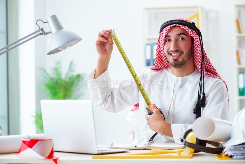 De Arabische ingenieur die aan nieuw project werken stock afbeelding