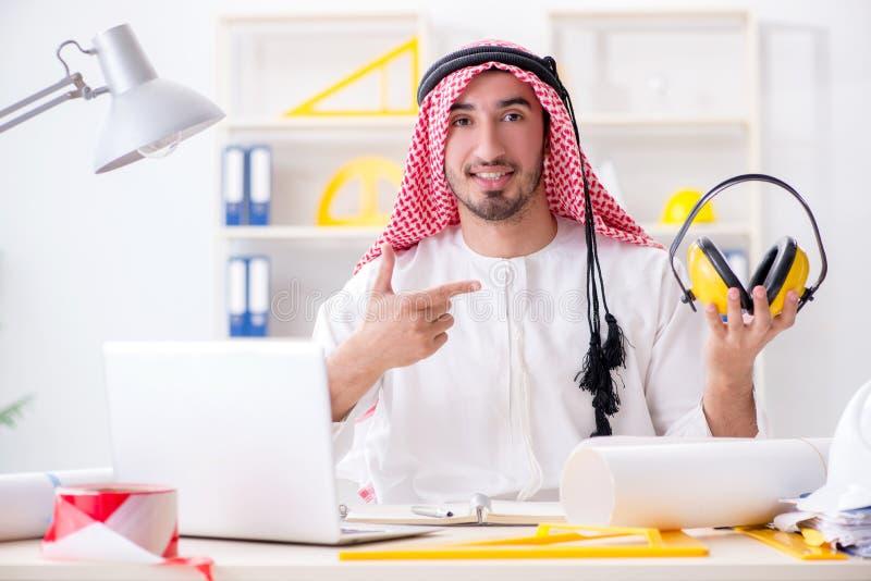 De Arabische ingenieur die aan nieuw project werken stock foto's