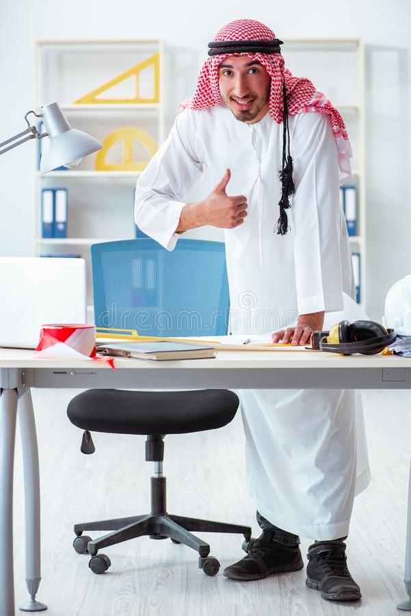 De Arabische ingenieur die aan nieuw project werken royalty-vrije stock afbeelding