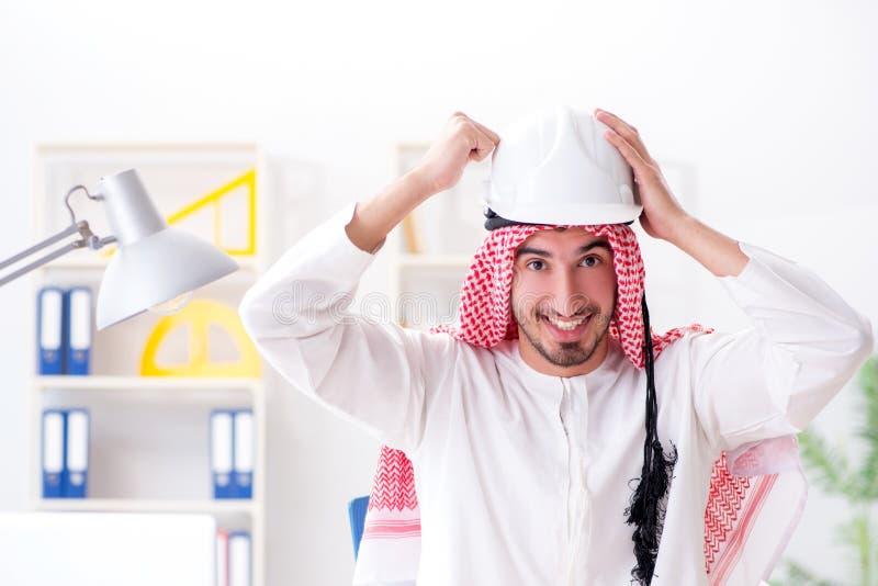 De Arabische ingenieur die aan nieuw project werken stock afbeeldingen
