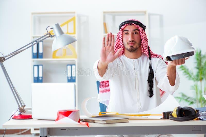 De Arabische ingenieur die aan nieuw project werken stock fotografie