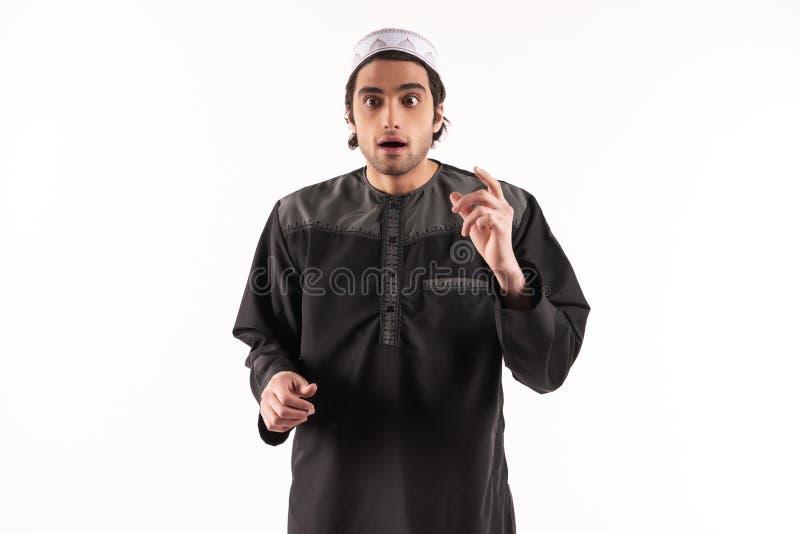 De Arabische mens in etnische kleren is zich bewust van iets stock foto