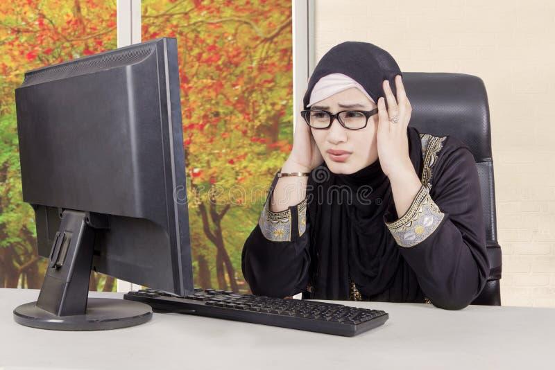 De Arabische onderneemster houdt hoofd stock fotografie