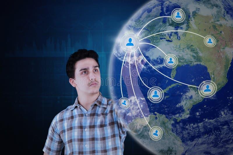 De Arabische persoon raakt sociale netwerkknoop royalty-vrije stock afbeelding