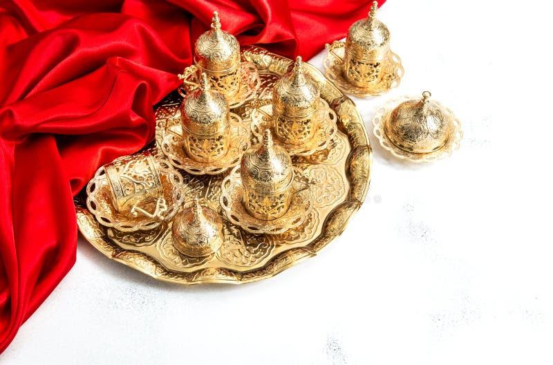 De Arabische Ramadan van de dienst gouden koppen van de theekoffie kareem gastvrijheid stock fotografie