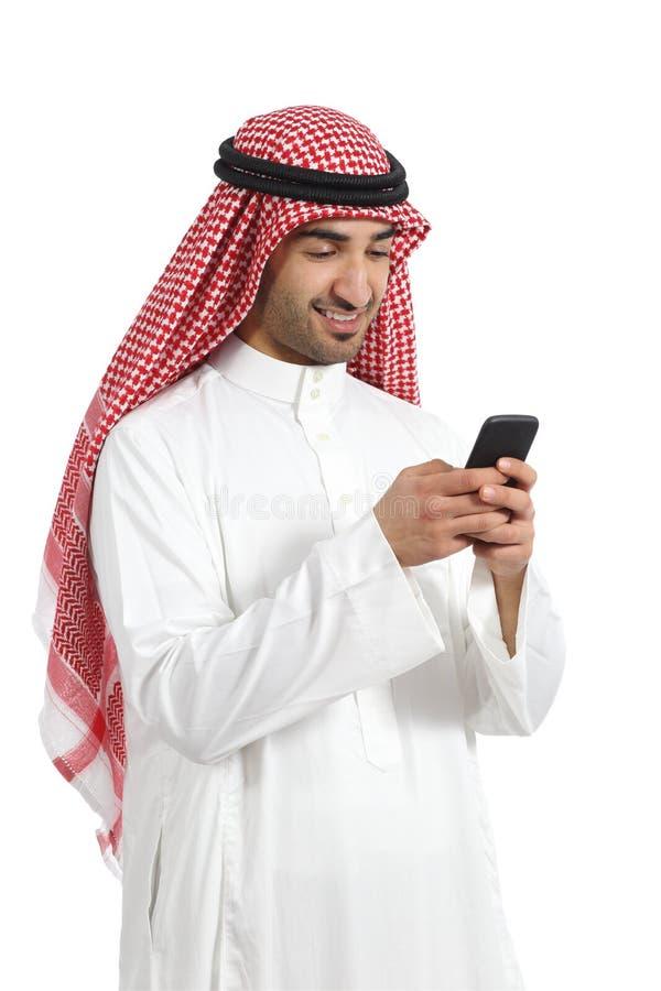 De Arabische Saoedi-arabische gelukkige mens die van emiraten een slimme telefoon met behulp van stock fotografie