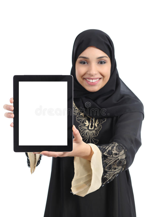 De Arabische Saoedi-arabische gelukkige vrouw die van emiraten app in het tabletscherm tonen royalty-vrije stock afbeelding