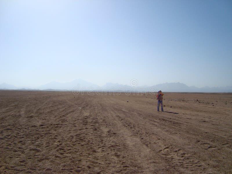 De Arabische woestijn en de bergen stock afbeeldingen