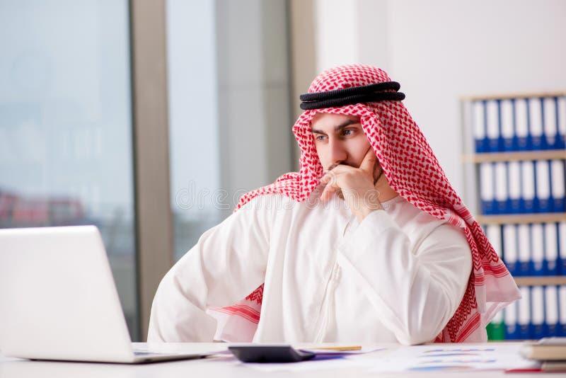 De Arabische zakenman die aan laptop computer werken royalty-vrije stock afbeelding