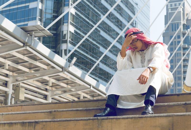 De Arabische Zakenman is teleurgesteld van het verliezen in beurs, royalty-vrije stock foto