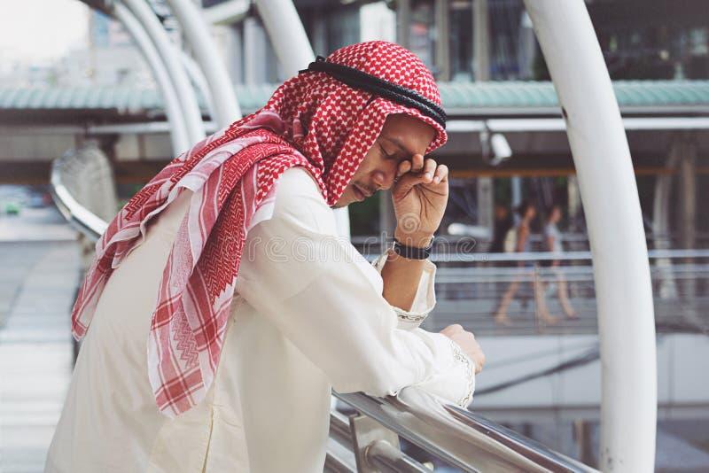 De Arabische Zakenman is teleurgesteld van het verliezen in beurs stock foto
