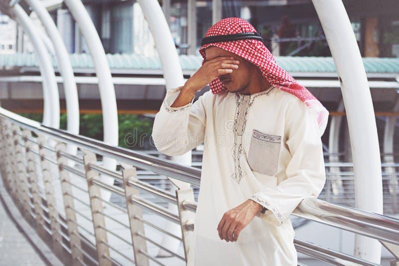 De Arabische Zakenman is teleurgesteld van het verliezen in beurs royalty-vrije stock afbeeldingen