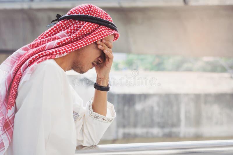 De Arabische Zakenman is teleurgesteld van het verliezen in beurs, royalty-vrije stock foto's