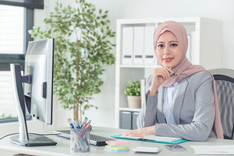 De Arabische zitting van de bureaudame in bureau stock afbeelding