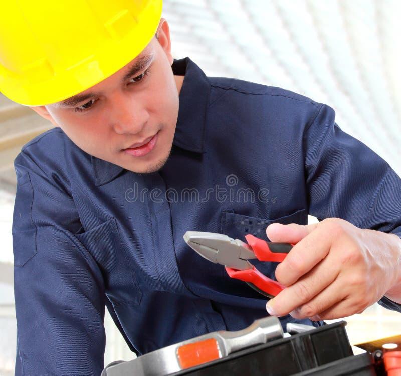 De arbeider bereidt apparatuur voor stock afbeeldingen