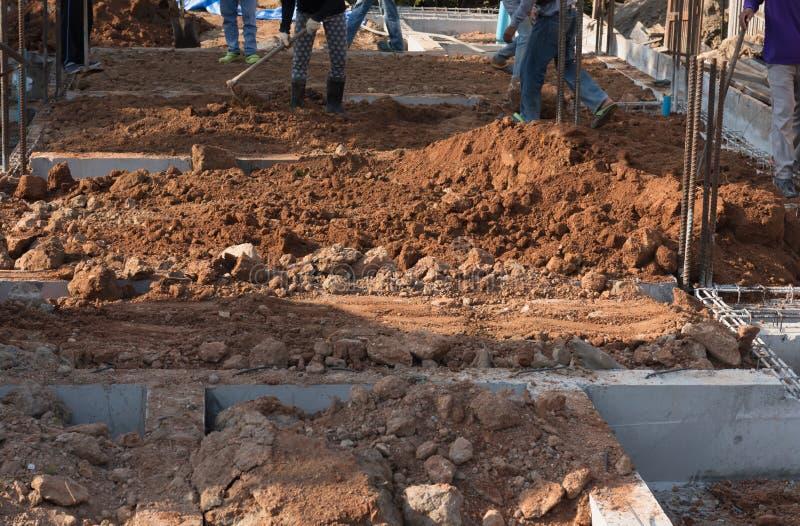 De arbeider bereidt plaats voor de bekisting van het versterkingsmetaal voor het concrete gieten voor stock foto's