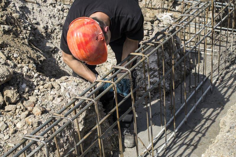 De arbeider bereidt versterking voor stichtingen voor royalty-vrije stock foto