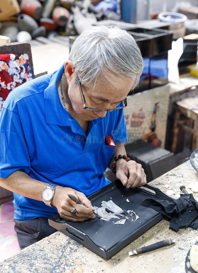 De arbeider creeert het schilderen bij een fabriek in Saigon, Vietnam royalty-vrije stock afbeeldingen