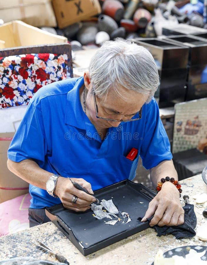 De arbeider creeert het schilderen bij een fabriek in Saigon, Vietnam royalty-vrije stock fotografie