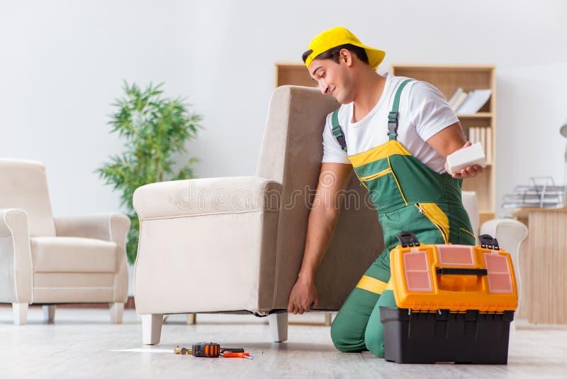 De arbeider die meubilair thuis herstellen stock afbeelding