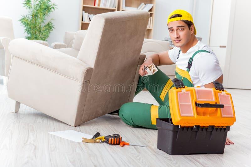 De arbeider die meubilair thuis herstellen royalty-vrije stock foto's