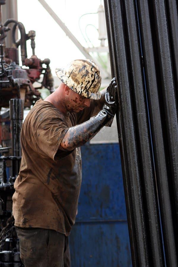 De Arbeider die van de olie een Onderbreking neemt