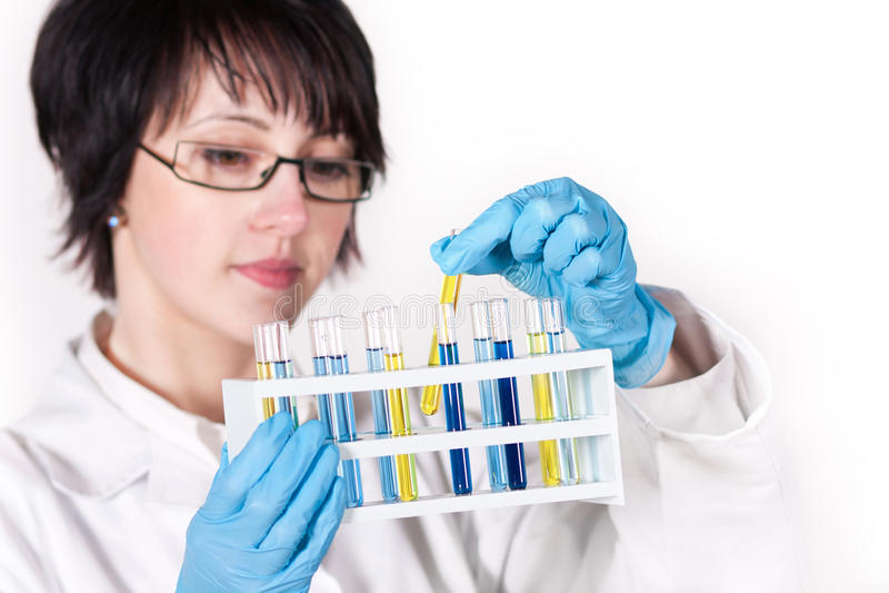 De arbeider die van het laboratorium reageerbuis steunt royalty-vrije stock afbeelding