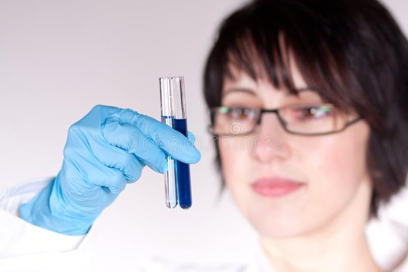 De arbeider die van het laboratorium reageerbuis steunt royalty-vrije stock afbeeldingen