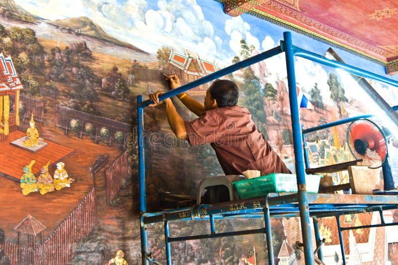 De arbeider herstelt het schilderen in het grote paleis royalty-vrije stock foto's