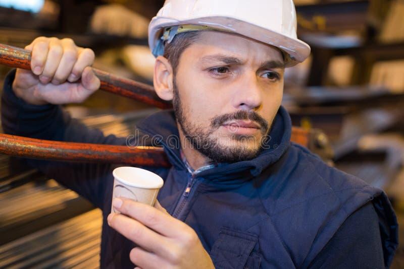 De arbeider op onderbreking drinkt koffie en heeft rust royalty-vrije stock foto