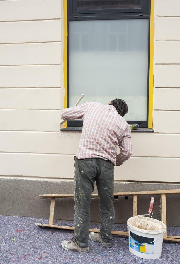 De arbeider schildert een venster royalty-vrije stock foto
