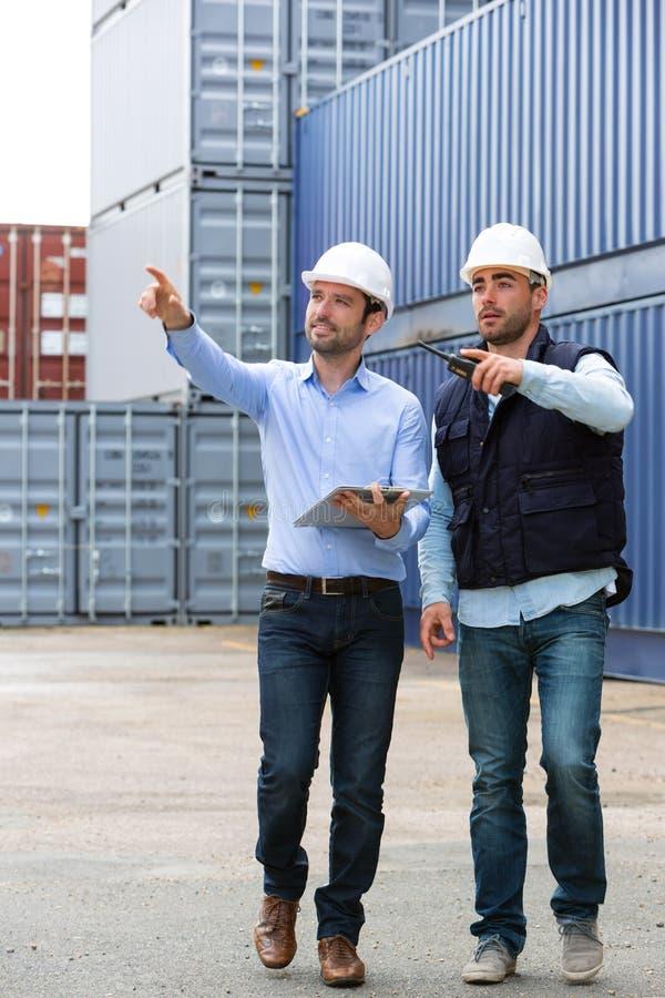 De arbeider toont aan de vestiging van het supervisorveiligheidssysteem stock foto