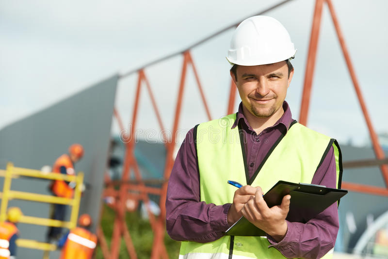 De arbeider van de de plaatsmanager van de bouwer bij bouwwerf