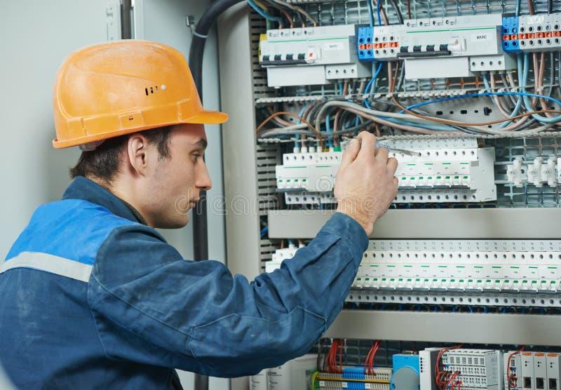 De arbeider van de elektricieningenieur stock afbeelding