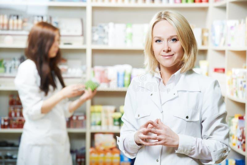 De arbeider van de Pharmaceutistvrouw in drogisterij royalty-vrije stock afbeelding