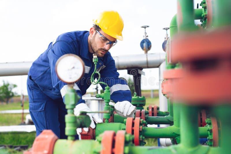 De arbeider van de gasraffinaderij royalty-vrije stock afbeeldingen