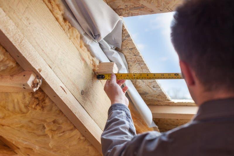 De arbeider van de Rooferbouwer met heerser installeert plastic mansard of sk royalty-vrije stock foto