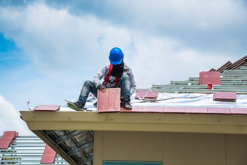 De arbeiders betegelen nieuwe daktegels royalty-vrije stock foto