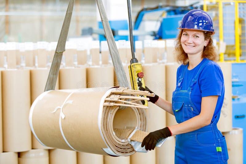De arbeiders bewegende lading van de fabrieksvrouw met luchtkraan stock foto's