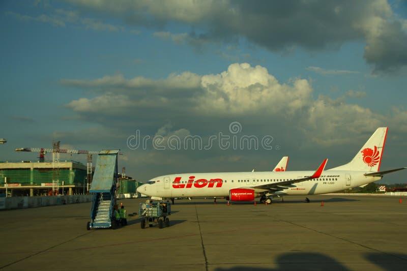 De arbeiders bij de vliegtuigluchthaven, Soekarno Hatta, die van achter het glas werd gefotografeerd royalty-vrije stock afbeelding