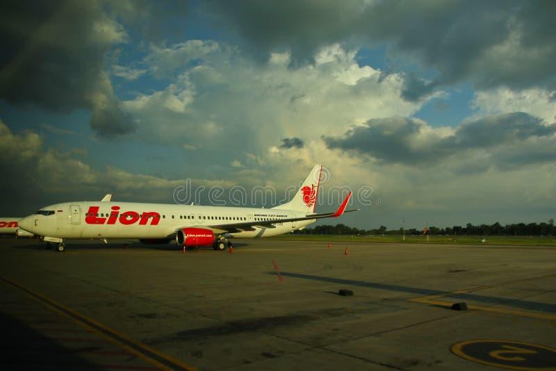 De arbeiders bij de vliegtuigluchthaven, Soekarno Hatta, die van achter het glas werd gefotografeerd royalty-vrije stock foto