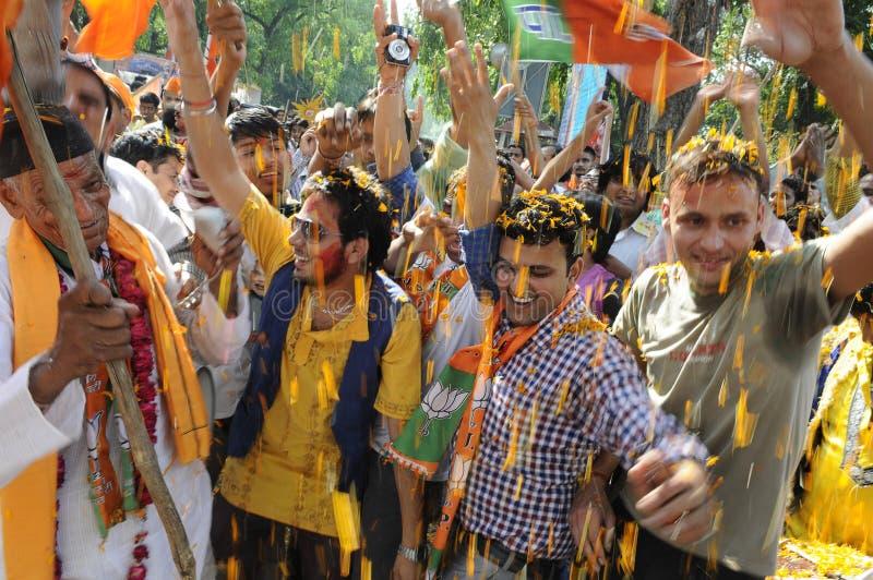 De arbeiders die van de Bjppartij tijdens de verkiezing in India vieren royalty-vrije stock foto