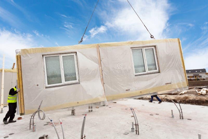 De arbeiders die van de Rooferbouwer met kraan structureel Geïsoleerd Comités SLOKJE installeren Bouw nieuw kader energy-efficien stock afbeelding