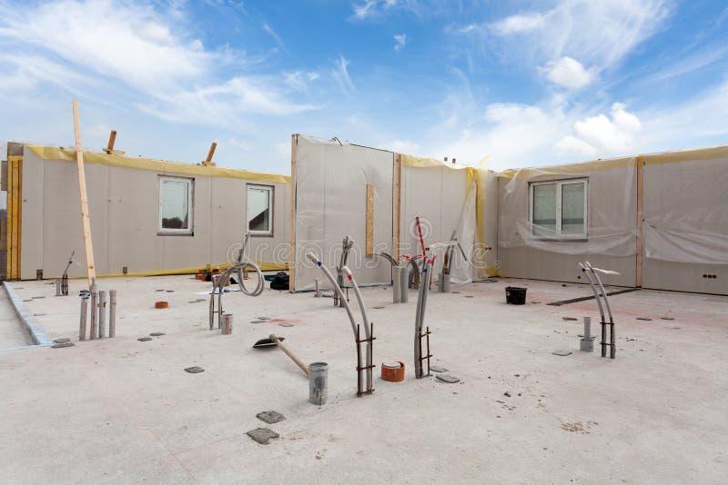 De arbeiders die van de Rooferbouwer met kraan structureel Geïsoleerd Comités SLOKJE installeren Bouw nieuw kader energy-efficien stock foto