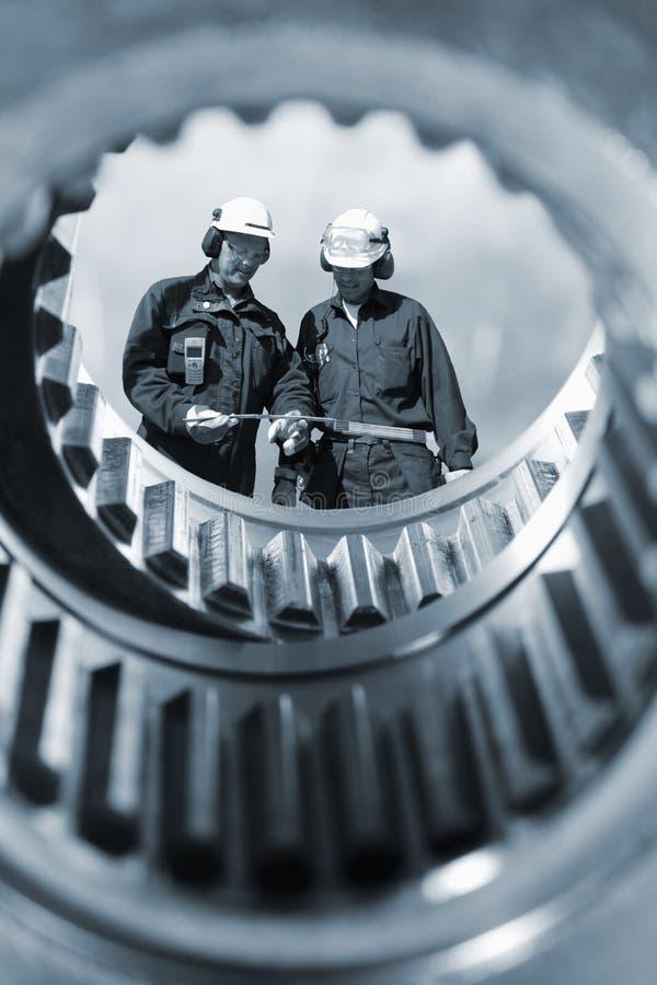 De arbeiders en de machines van de industrie royalty-vrije stock fotografie