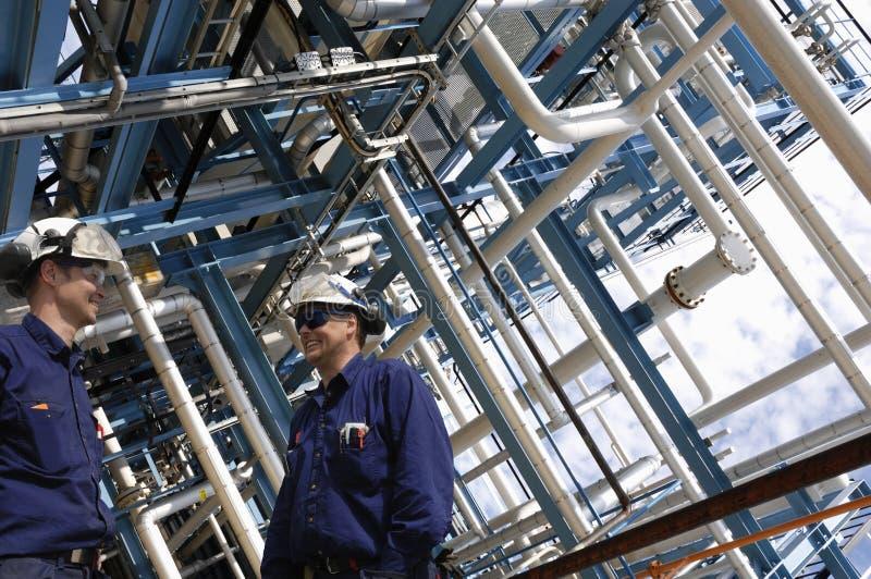 De arbeiders en de pijpleidingenbouw van de industrie royalty-vrije stock foto