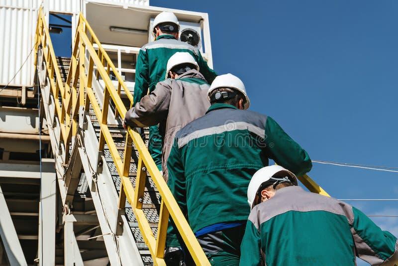 De arbeiders gaan naar het booreiland royalty-vrije stock foto's