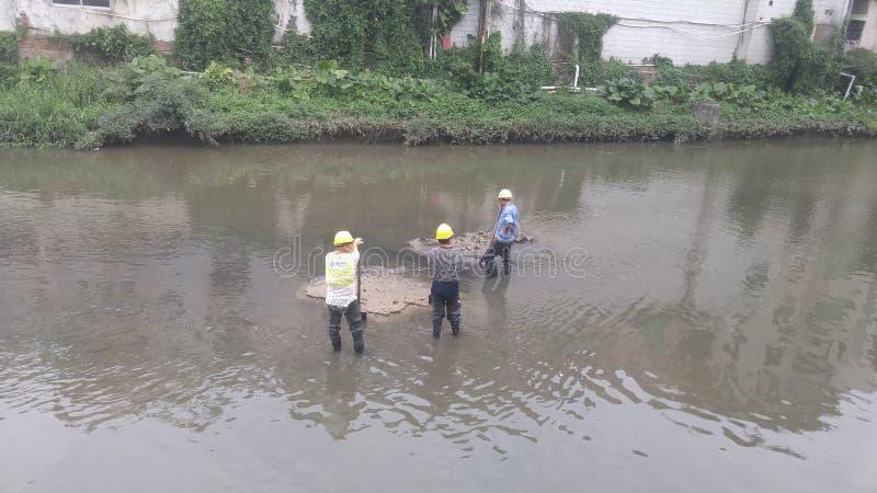 De arbeiders maken slib in xixiangrivier binnen schoon shenzhen, China royalty-vrije stock fotografie