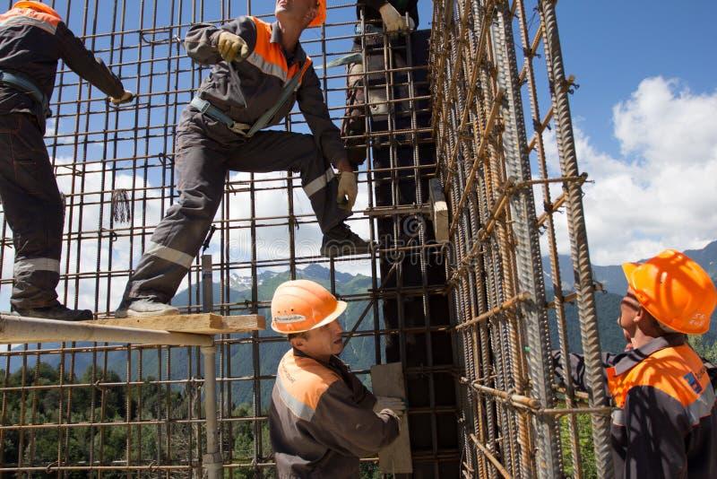 De arbeiders maken versterking voor concrete muur stock fotografie