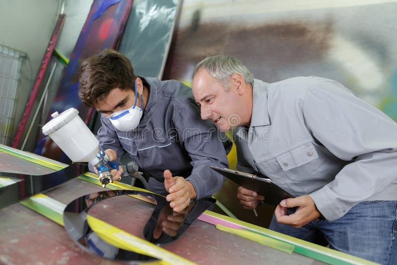 De arbeiders overhandigen het schilderen staal royalty-vrije stock foto's